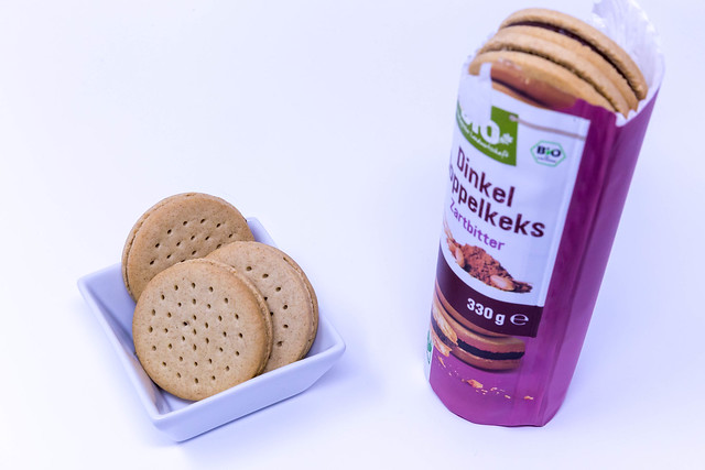Bio spelt sandwich cookies in square bowl and packaging