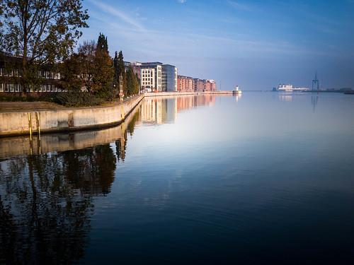 bluesky building malmö cityview spegling sky water reflection himmel autumnmorning sweden skånelän sverige se sea boat city dusk tree