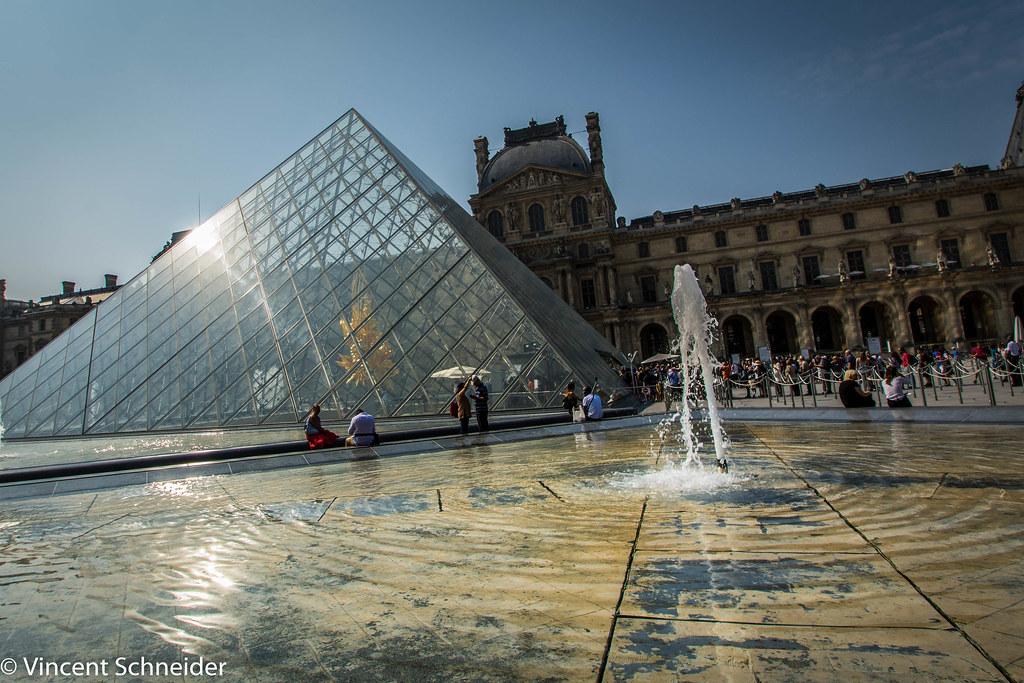 Le louvre et les bassins devant la pyramide à Paris