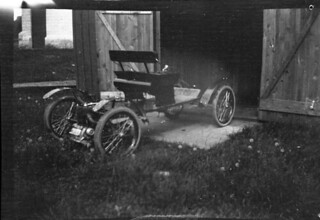 An early automobile / Une ancienne automobile