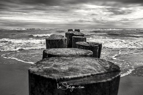 Risalendo la spiaggia fino al faro di #Bibione, ci si imbatte in alcune serie di palafitte che con un cielo pronto ad esplodere, hanno il loro bel perchè 😉
