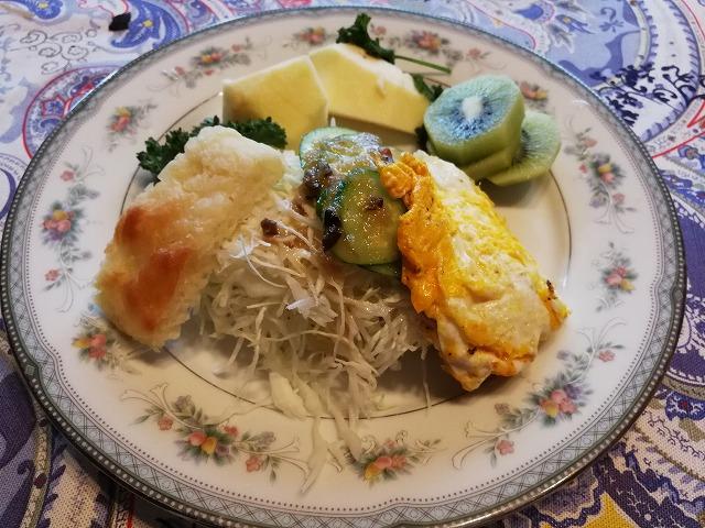 <p>i)卵や野菜を挟んでサンドイッチ</p>