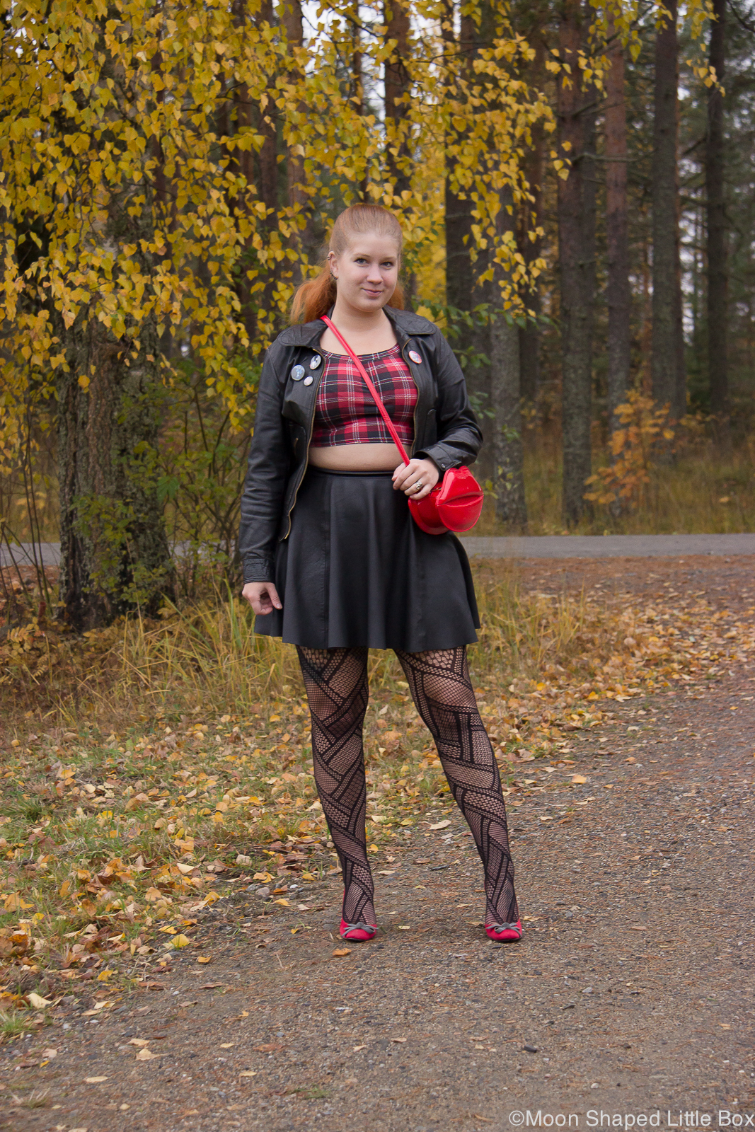 Lip_bag_leatherskirt_outfit