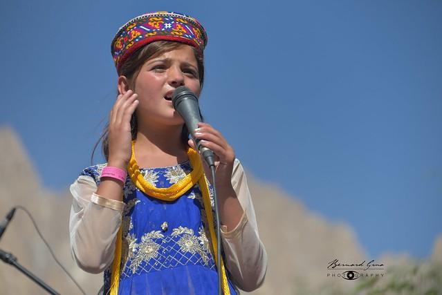 Jeune chanteuse wakhi de la vallée du Chapursan, Passu Face Mela, 11/08/2018 © Bernard Grua