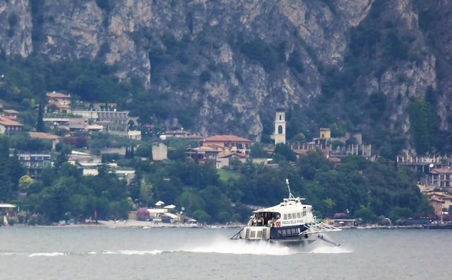 Der Gardasee mit Tragflügelboot und im Hintergrung die Pfarrkirche, CHIESA PARROCCHIALE,  von Limone sul Garda.