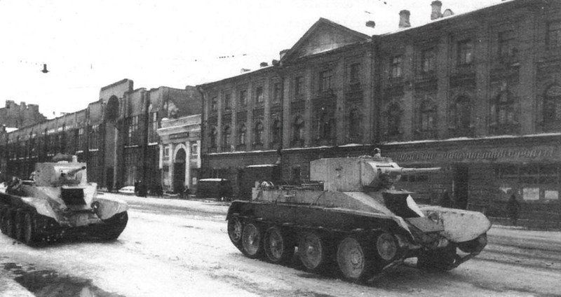 BT-5-tanks worden naar het front gestuurd langs Volodarsky Avenue, Leningrad