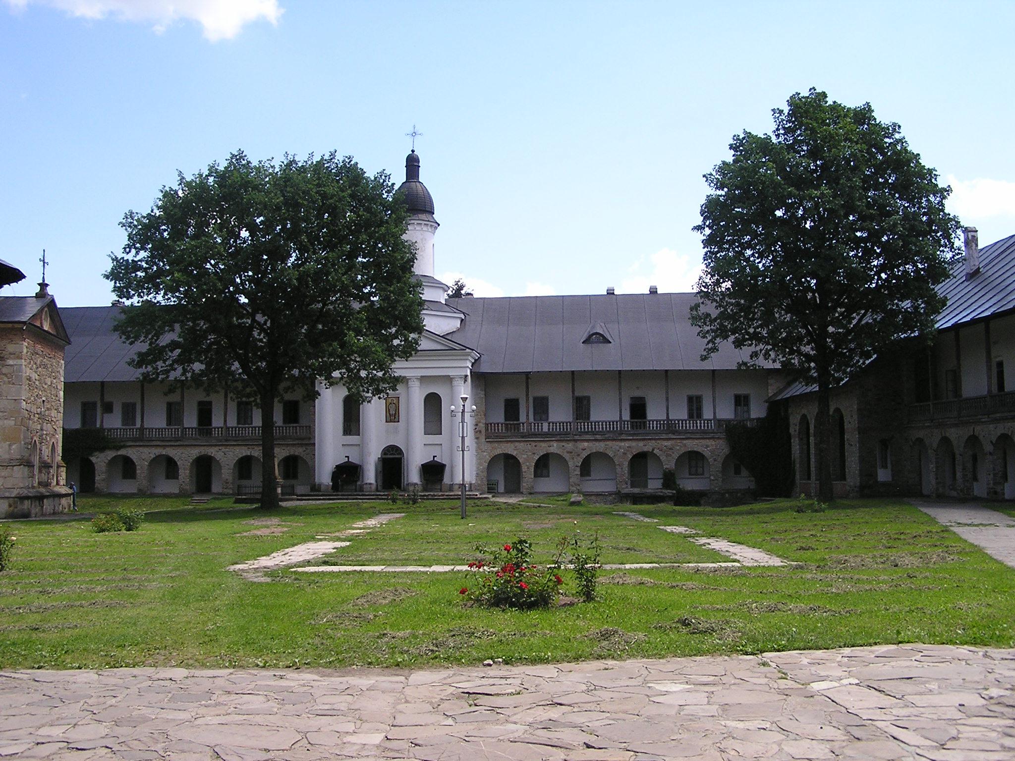 patio muralla del Monasterio Neamt Targu Neamt Rumania