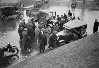Automobile accident on Parkside Drive, Toronto, Ontario / Un accident automobile sur Parkside Drive, Toronto (Ontario)