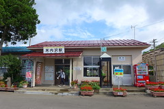 国鉄時代からの木造駅舎 中にはギャラリー、喫茶コーナーと駄菓子屋がある