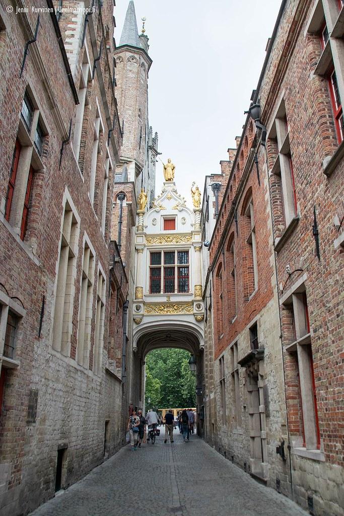 Koristeellinen vanha tiilirakennus Bruggen keskustassa