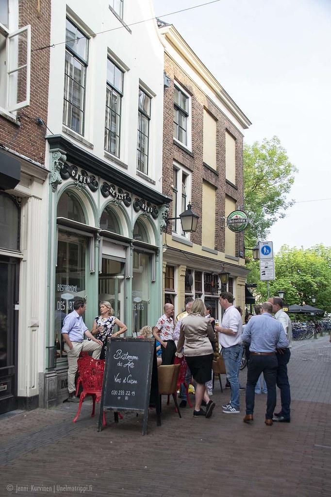 Ihmisiä baarin edustalla Utrechtissa