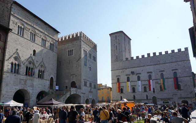Todi (Umbria): Piazza del Popolo: Palazzo del Capitano, Palazzo del Popolo,  Palazzo dei Priori.