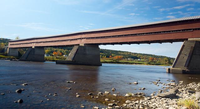 Automne, autumn - Pont couvert à Notre-Dame-Des-Pins, P.Q., Canada - 7573