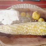 Mais, dicke Bohnen, Kartoffeln und weißer Käse - eine weitere vegetarische Variante des Mittagessens in Ecuador
