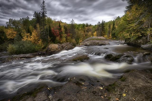 Couleurs d'automne le long de la rivière- Du-Moulin