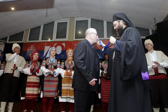 Владика Силуан додељује орден Св.Саве трећег степена кореографу Герију Довсону