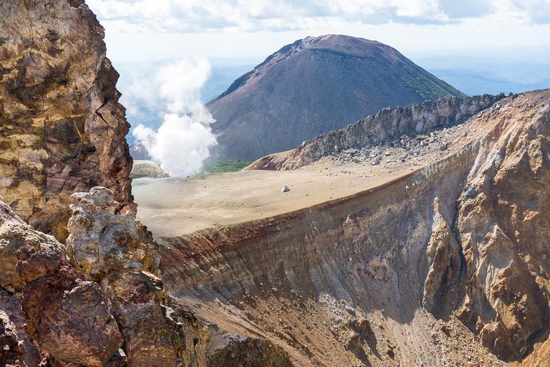 雌阿寒岳の火山ガスと阿寒富士