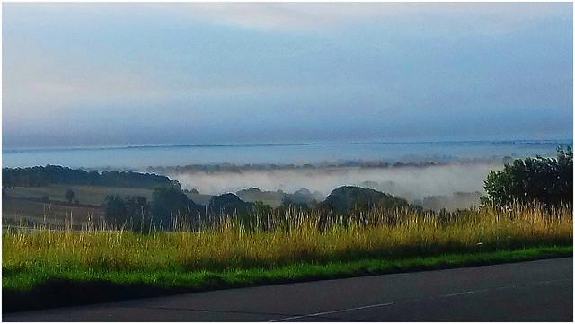 Brouillard d'automne dans la vallée.
