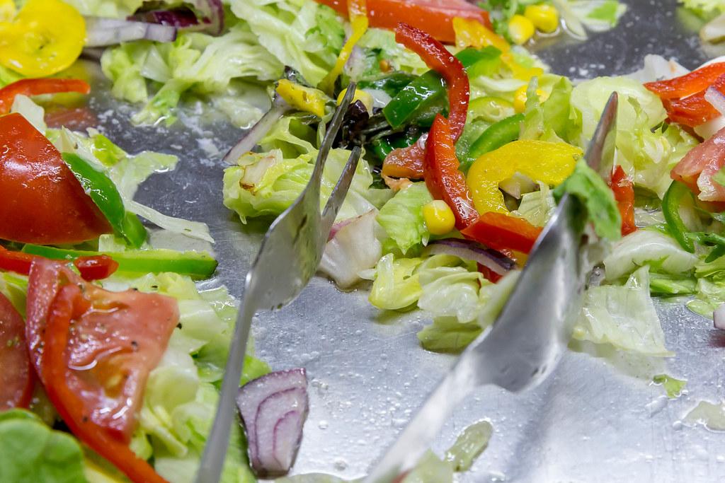 Gemischter grüner Salat mit Tomaten, Paprika und Zwiebeln