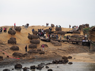 Tourists posing and taking photo at Yehliu Geopark (野柳地質公園) with the Queen's Head | by huislaw