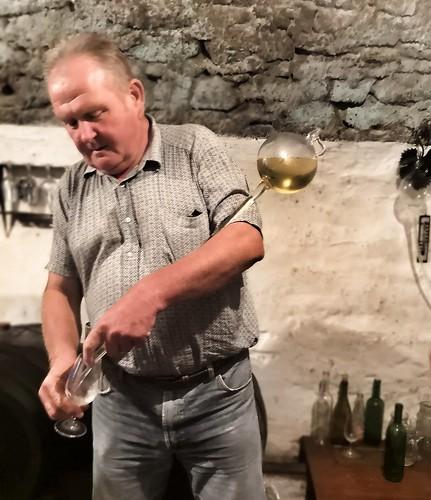 Perinteinen viininmaistelun työväline, jolla saa viiniä suoraan koripullosta. | by helipekkarinen