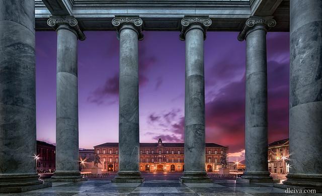 Palacio Real de Nápoles visto desde la Iglesia de San Francisco