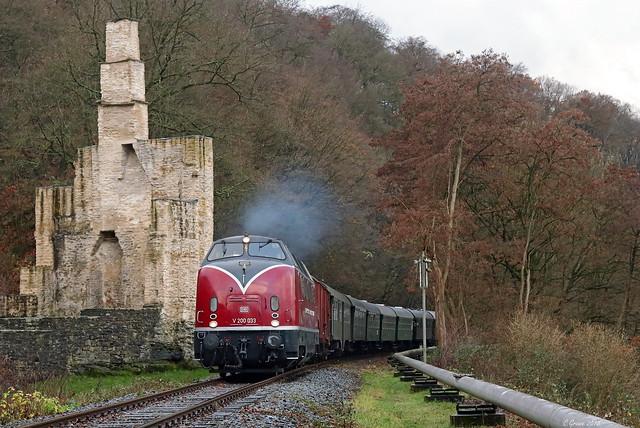 V200 033 mit dem Nostalgiezug der Museumseisenbahn Hamm auf Nikolausfahrt der Ruhrtalbahn an der Ruine Hardenstein, 08.12.2018