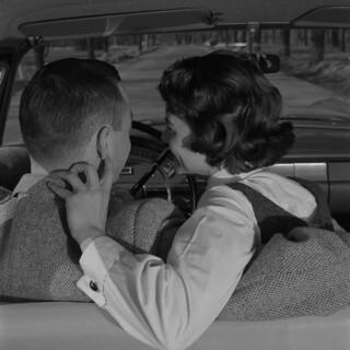 A man and woman in a car / Un homme et une femme dans une voiture