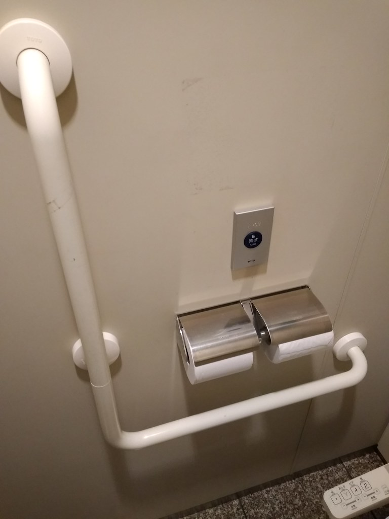 成田机场厕所马桶扶手