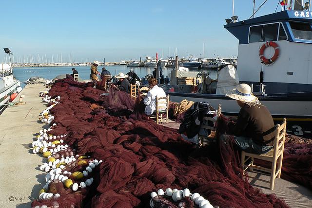 Reparando las redes de pesca - Repairing fishing nets