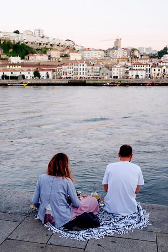 Un vino frente a las bodegas | by Chema Roncero