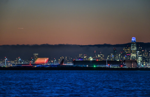 eastbay alamedacounty night dark nikon d810 color october 2018 fall boury pbo31 sanfrancisco city urban skyline salesforce oaklandinternational oak airport airline aviation sanleandro travel plane departure southwest 737 boeing lightstream motion blur orange sunset hawaiian blue