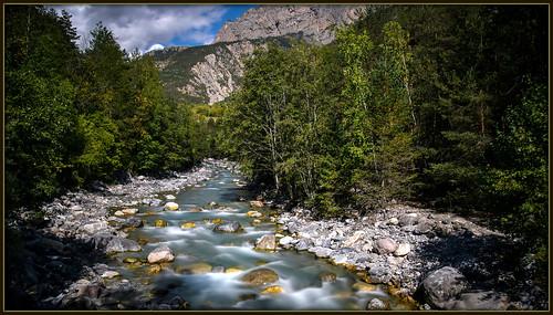 arbres branche ciel extérieur eau feuilles hautesalpes massifdesecrins montagne ombre paysage rochers rivière reflets torrent vallouise gyronde forêt