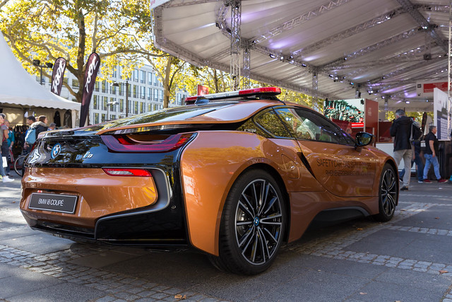 Heckansicht des BMW i8 Roadsters als Safety Car in Rost-Braun