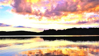 coucher de soleil, bord d'un lac au Québec. Sunset following a beautiful day to the lake.
