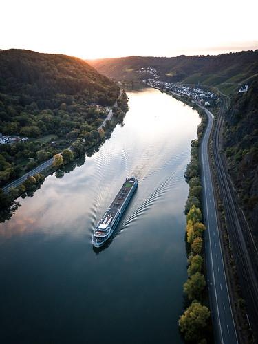 river mosel fluss kreuzfahrt schiff ship cruise sunset sonnenuntergang drone drohne dji mavic pro loef