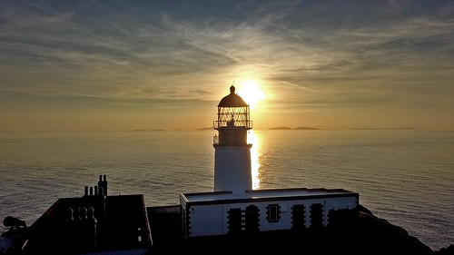 neistpoint lighthouse licht gegenlicht back sky skye sunset sonnenuntergang farben romatisch romantic highlands schottland scotland drohne drone coast küste