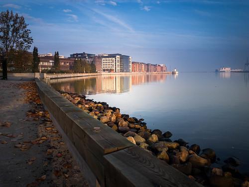 bluesky building malmö cityview spegling sky water reflection himmel autumnmorning sweden skånelän sverige se rock bay bridge sea