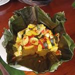 In Palmblättern gegrilltes Gemüse
