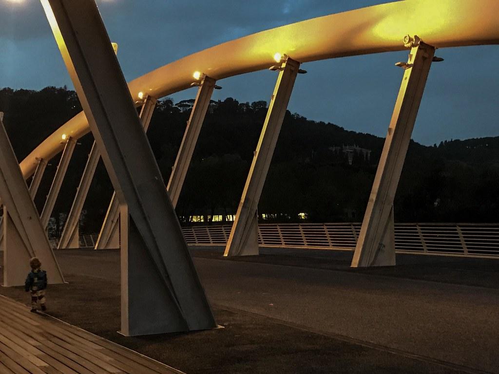 Bimbo solitario sul ponte