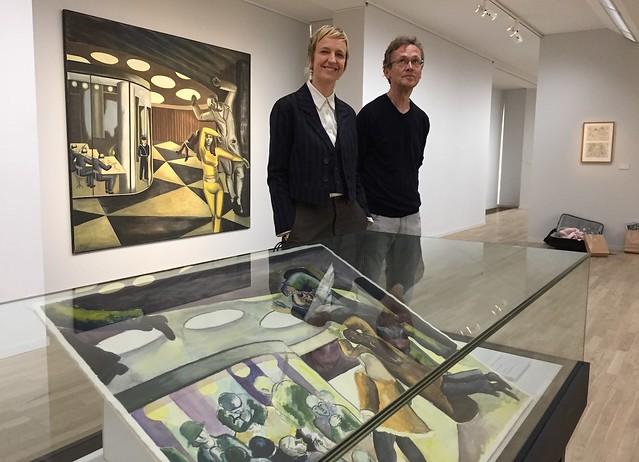 Helena Scragg och Mikael Nyberg framför Akvariet av Birgit Ståhl-Nyberg. I förgrunden skissen till verket.