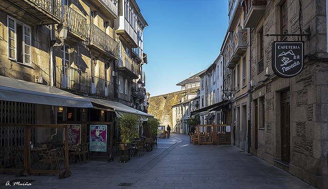Street of bars, deserted. Calle de bares, desierta