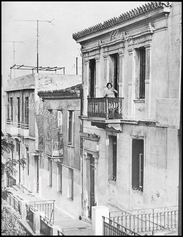 """Οικίες επί της οδού Παναγίας Μυρτιδιωτίσσης 23, 25 και 27 Πειραιάς. Φωτογραφία του Στέλιου Σκοπελίτη από το βιβλίο """"Νεοκλασσικά σπίτια της Αθήνας και του Πειραιά"""" Εκδόσεις """"Δωδώνη"""", Αθήνα, 1975."""