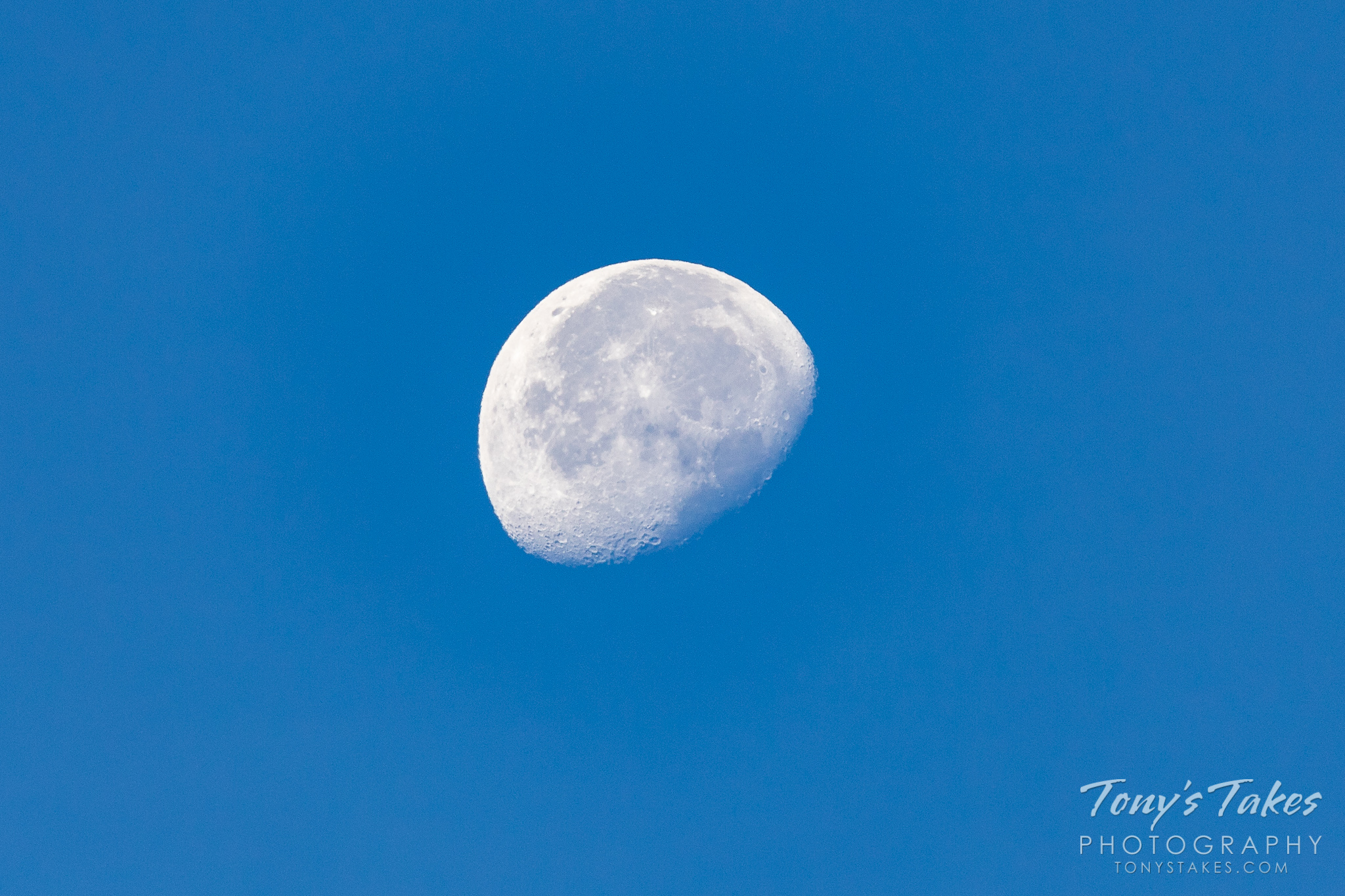 A daytime waning gibbous moon as seen from Rocky Mountain National Park in Colorado. (© Tony's Takes)