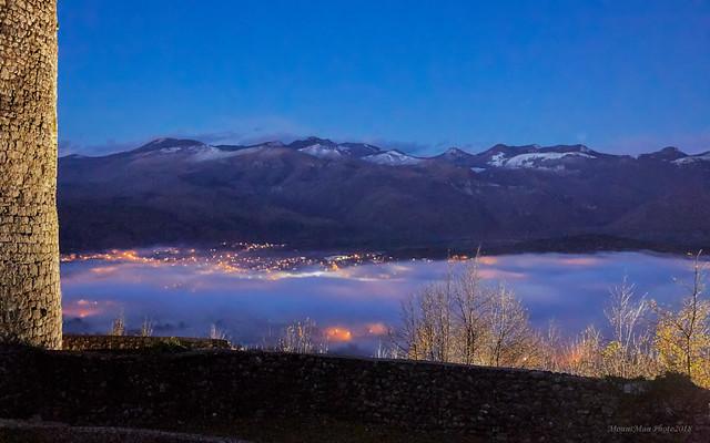 Pogled iz kaštela Grobnik: Grobničke Alpe i sela pokrivena maglom