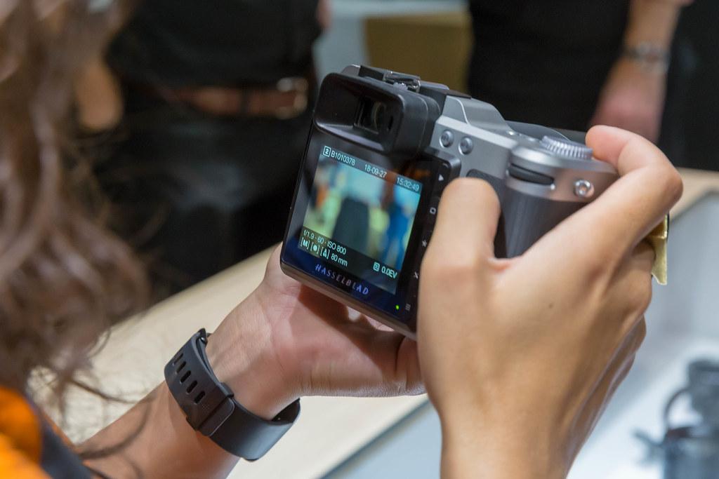 Spiegelreflexkamera von Hasselblad mit Display in Händen a