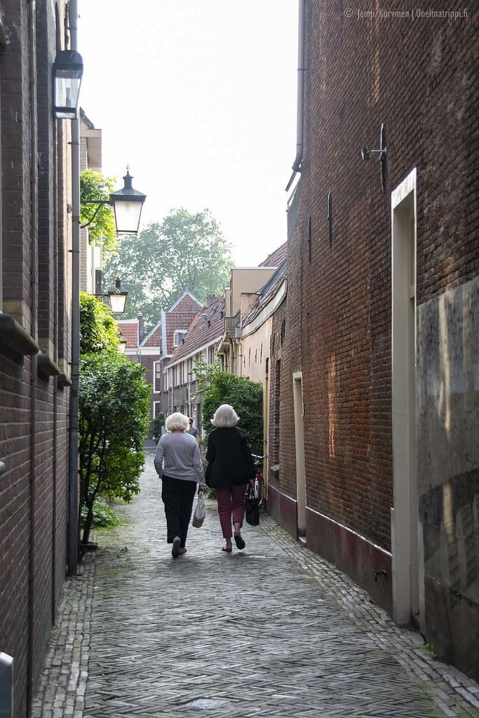 Kaksi iäkästä naista kävelemässä kujalla Utrechtissa