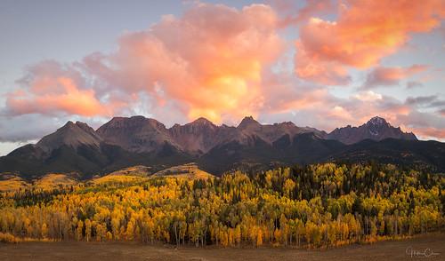 aspentrees autumn fallcolors landscape sunset sanjuanmountains ridgway colorado countyroad5 colorfulsky unitedstates us