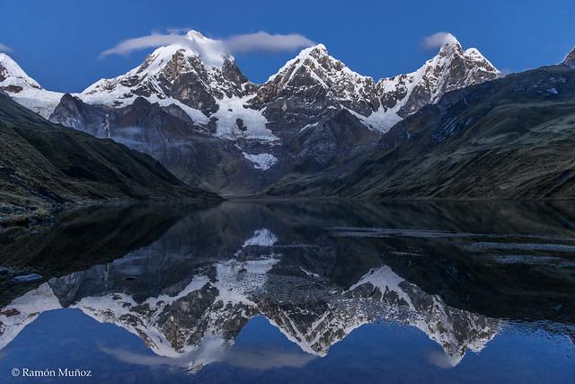 DSC0332 Amanecer en la laguna Carhuacocha con los Nevados Yerupajá, Yerupajá Chico y Jirishanca, Cordillera de Huayhuash, Perú