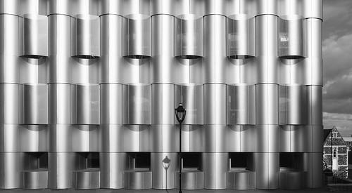waves wellen fassade building architecture architektur modern metal steel stahl haus house old new alt neu bristol university sky himmel clouds wolken lochblech perforated plate laterne streetlamp lamp lamppost facade lines linien